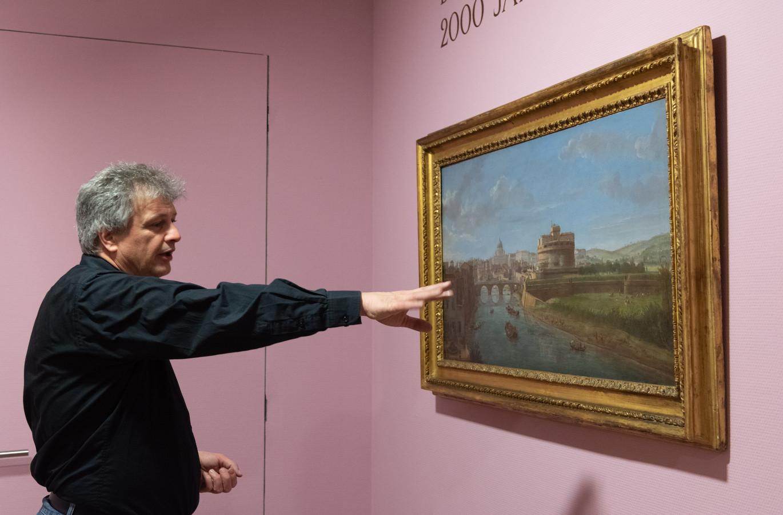 Directeur Robbert Roos van Kunsthal KAdE bij een schilderij van Caspar van Wittel.