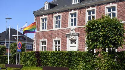 Regenboogvlag wappert aan Tremelose gemeentehuis tegen homofobie en transfobie