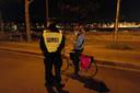 Een agent checkt een fietser in Parijs.