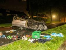 Man (24) gaat met zijn auto over de kop en richt ravage aan in Papendrecht