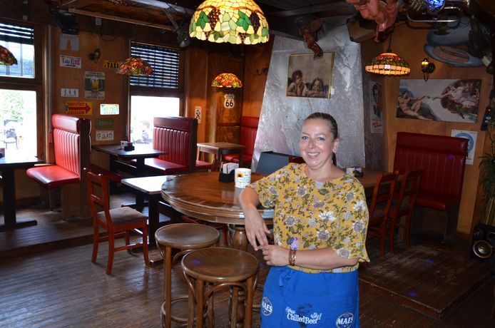 Sylvia Vandevelde in café Den Enghel aan de Vierschaar in Waasmunster.