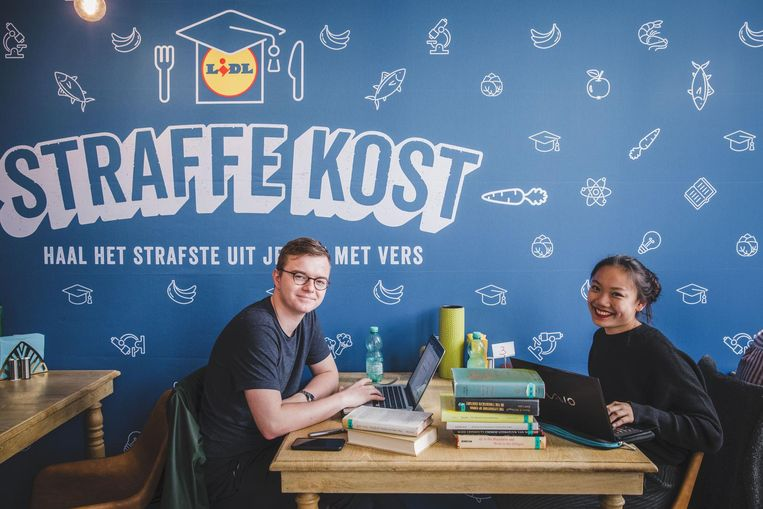 Jan Copejans en Tseu-Ying Tang werken voor school in het restaurant.