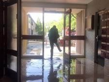 Water stroomt de trappen af in Arnhemse flat