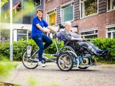 Haren in de wind, hoofd in de zon: met de rolstoelfiets kunnen bewoners van Crabbehoven lekker op pad