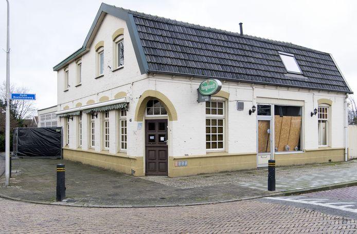 """Cafe Mos aan de Veldmaterstraat ligt er verlaten bij.  Het pand krijgt een grondige opknapbeurt. """"Het zou mooi zijn als dit café in de zomer weer open kan gaan. Maar het kan ook later worden. Er moet veel gebeuren."""""""