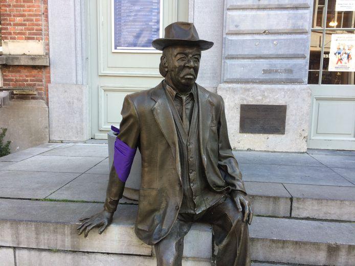 Verschillende standbeelden werden maandagavond gehuld in paarse doeken.