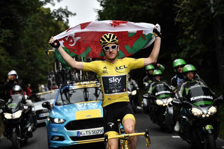 Thomas houdt de vlag van Wales omhoog op weg naar Parijs. Beeld EPA