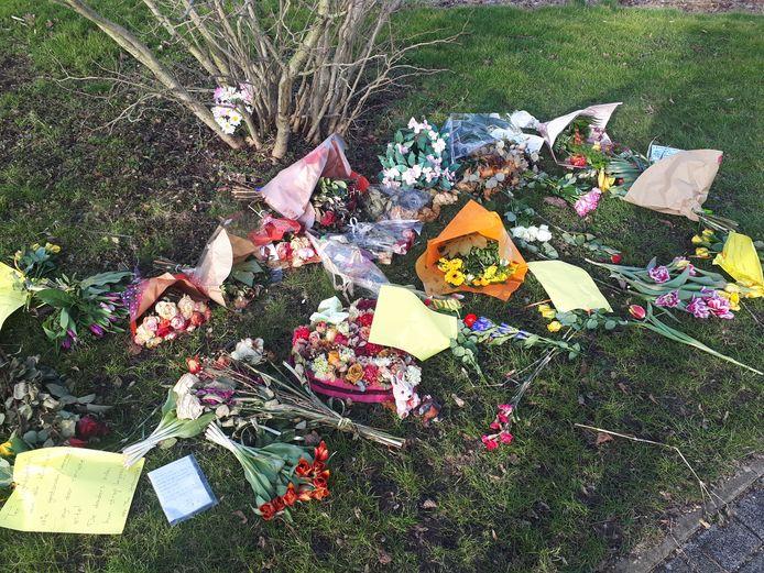Bloemen en brieven, neergelegd bij de begraafplaats in Bodegraven.