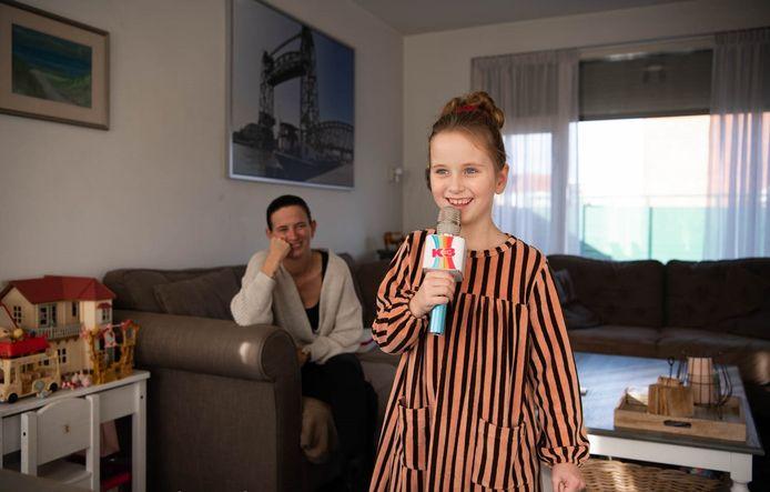 Emma met op de achtergrond haar moeder Mariëtte.
