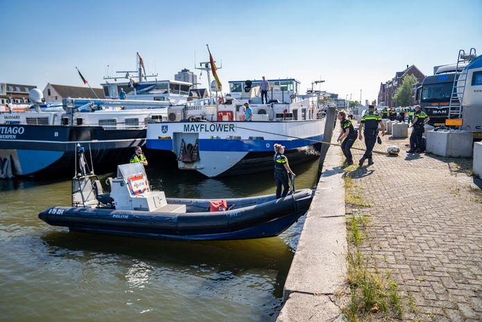 Onderzoek van de politie nabij het schip Mayflower na het ongeval in de Koningin Wilhelminahaven in Vlaardingen.