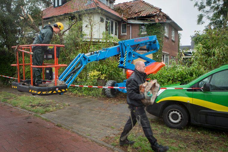 Opruimwerkzaamheden in Leersum, een week nadat de plaats getroffen werd door een valstorm. Beeld Jörgen Caris