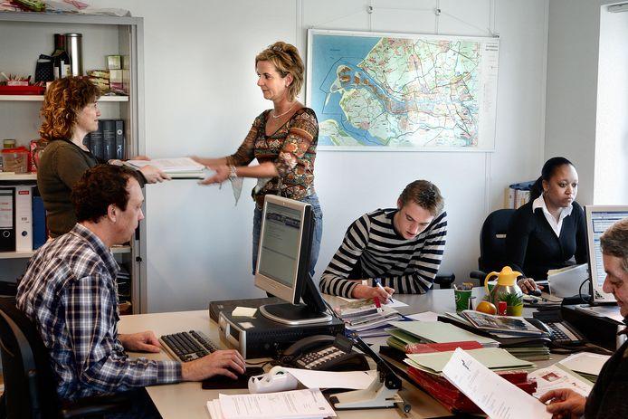 Het wordt weer drukker op kantoor en dus laait de discussie over een vaccinatieplicht bij bedrijven op. (Archieffoto ter illustratie)