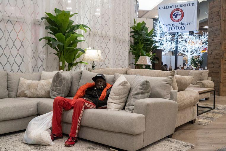 Meubelzaak Gallery Furniture in de Amerikaanse stad Houston heeft de deuren geopend zodat mensen er kunnen schuilen voor de kou. Zuidelijke staten in de Verenigde Staten kampen met ongekend winterweer, met tientallen doden tot gevolg. Beeld Getty Images