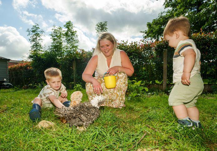 Klaartje en haar zoontjes Tuur en Fons gaan tot wel vijf keer per dag de kippen aaien.