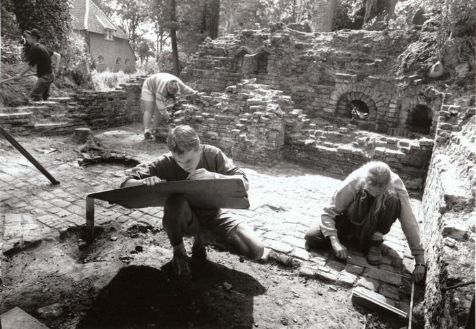 In de dagen dat de adel nog zeggenschap had over het kasteelcomplex tussen Asten en Heusden dreigde het historische landgoed langzaam maar zeker door de vergetelheid te worden opgeslokt. Pas nadat de weduwe Van Hövell tot Westerflier - de laatste adelijke bewoonster - in 1981 haar bezittingen deels had verkocht aan de Stichting Behoud Kasteelerfgoed Asten, werd het landgoed stukje bij beetje terugveroverd, onder andere door archeologische opgravingen. De foto werd in 1990 gemaakt.