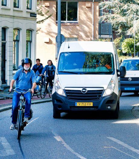 Riemers fiets heeft een motortje, dus moet hij de weg op: 'Auto's duwen me gewoon de weg af'