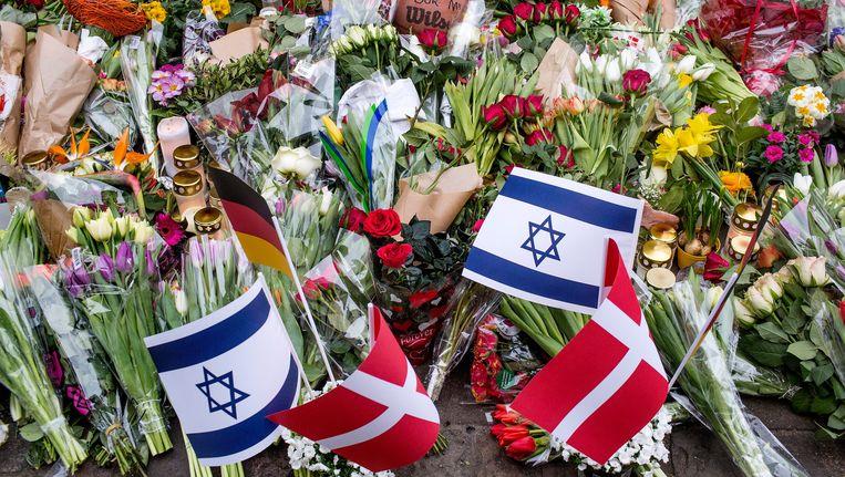 Buiten de synagoge waar bewaker Dan Uzan werd doodgeschoten, blijft de bloemenzee zich uitbreiden Beeld EPA