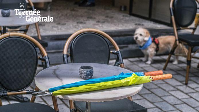 Slecht weer? Geen probleem. M Foodbar en tapasbar Saaz op de Grote Markt in Kortrijk hebben een paraplu voor elke klant