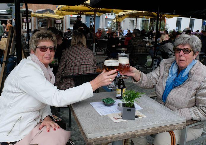 Brigitte en Sonja Goossens op het terras van Café Belge.