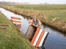 Boer maakt zelf roadblocks tegen hardrijders, maar ze belanden in de sloot