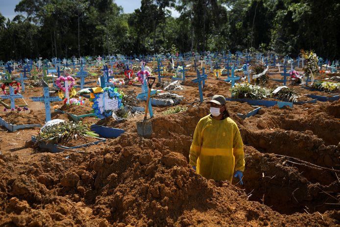 Een grafdelver aan het werk op de Parque Taruma begraafplaats.