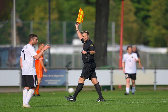 Scheidsrechter vlagt en fluit bij Nederland - Duitsland
