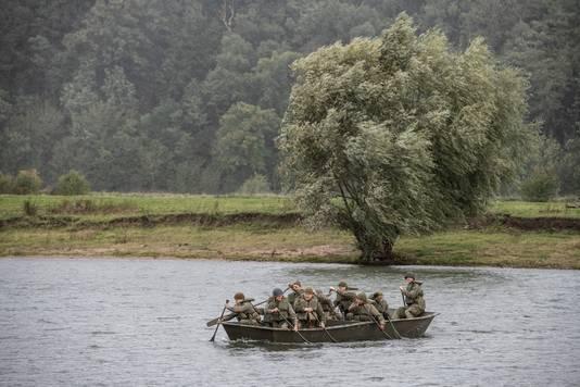 Reenactors spelen de Rijnoversteek van 75 jaar geleden tijdens de operatie Pegasus na.