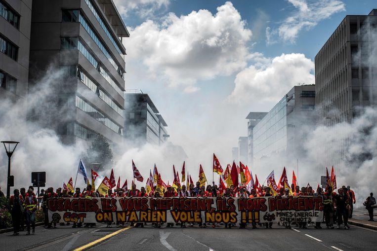 Medewerkers van de Franse spoorwegen protesteren in Lyon. Beeld AFP