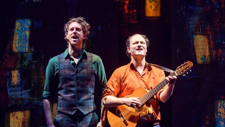 Cabaretiers Niels van der Laan (links) en Jeroen Woe. Beeld Amy van Leiden