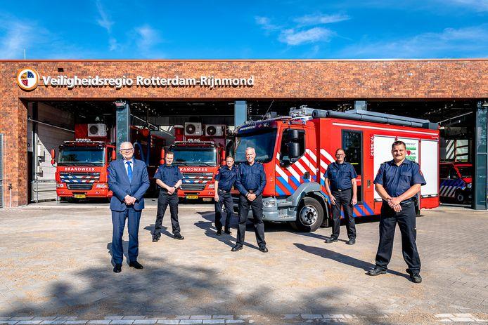 De onderscheiden brandweerlieden in Barendrecht. Geheel links staat burgemeester Jan van Belzen.