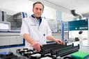 Jean-Luc Murk, arts-microbioloog in het laboratorium in Tilburgse Elisabeth-TweeSteden ziekenhuis.