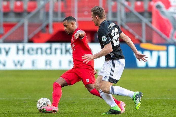 Luciano Narsingh wordt opgejaagd door Jens Toornstra.   during the match Twente - Feyenoord