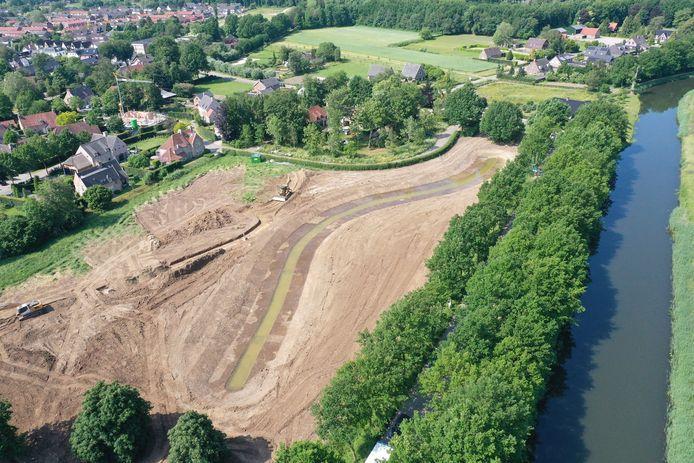 Het parkje dat als afronding van het aloude Plan Pouwer wordt aangelegd. Goed zichtbaar de geul annex vijver die de oude loop van de Linge weergeeft