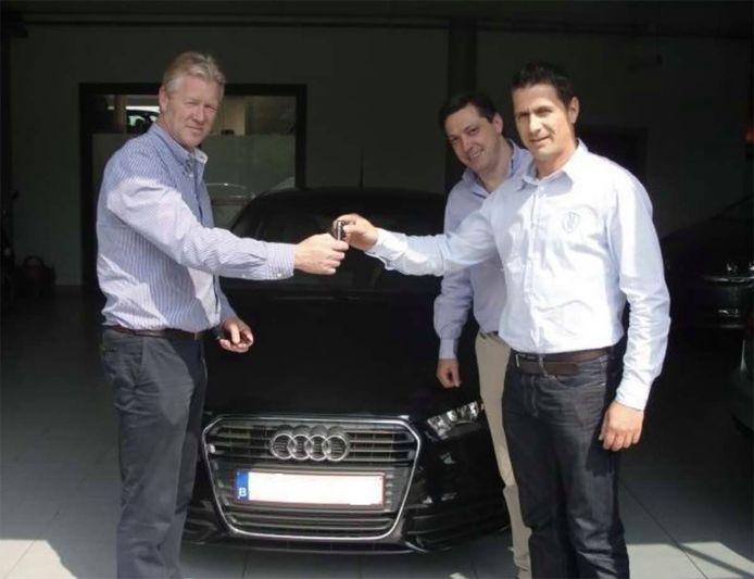Veljkovic hielp referee Delferière aan een extra korting in een garage. Ook Maes blijkt daar een Audi A1 gekocht te hebben. Garagist Thoens zette de overhandiging van de sleutel, in aanwezigheid van de makelaar, op Facebook.
