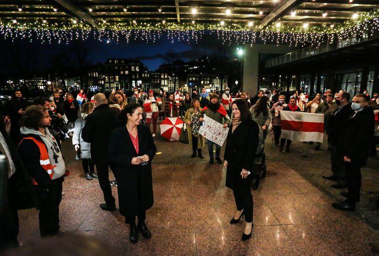 Burgemeester Femke Halsema en mensenrechtenactivist en politicus Svetlana Tichanovskaja bij de Stopera. Beeld Eva Plevier