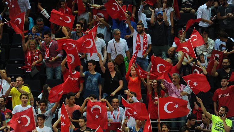 Turkse fans roeren zich in de tribunes. Beeld photo_news