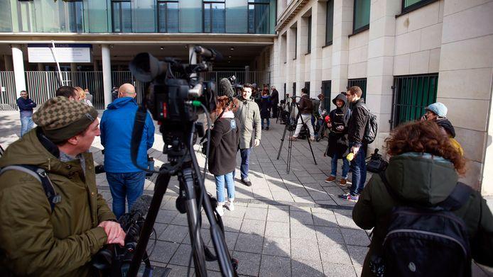 Voor het kantoor van het parket wachten verschillende journalisten op meer nieuws over Puigdemont.