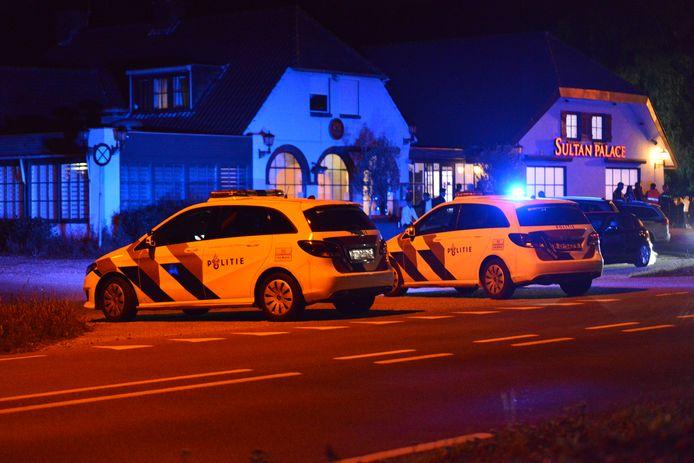 De politie kwam snel ter plaatse na de steekpartij bij Sultan Palace in Rijsbergen.