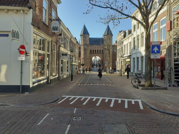 Automobilisten op de Kamp moeten straks voor een nieuw gelegde drempel linksaf of rechtsaf slaan naar de Grote Sint Jansstraat of Coninckstraat, om buiten het autoluwe centrum te blijven; op deze plek aan de Kamp komt een kentekencamera.