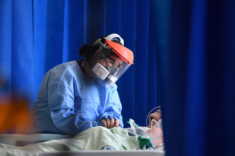 Een Britse coronapatiënt op intensieve zorg. Beeld AFP