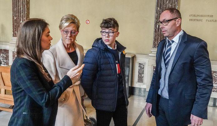 Milan met zijn ouders en advocate Sarah Leysen op de dag van het proces.