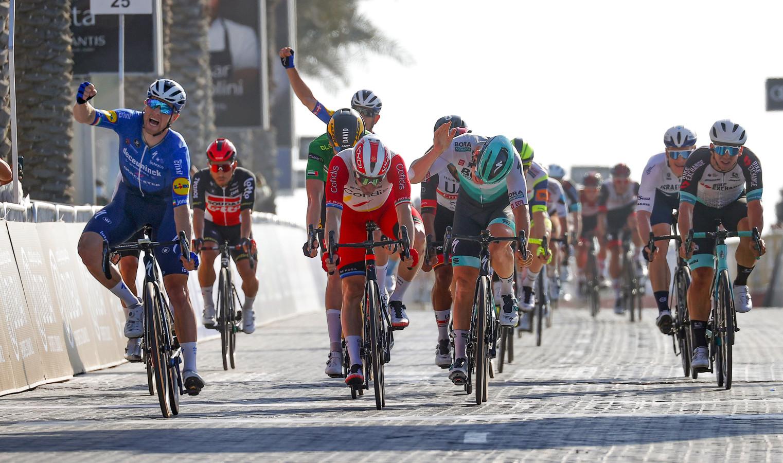 Sam Bennett (l) juicht, David Dekker (in het groen op de achtergrond) is verslagen.
