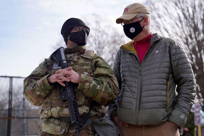 Waarnemend Defensieminister Christopher Miller (rechts) in gesprek met een soldaat in Washington.