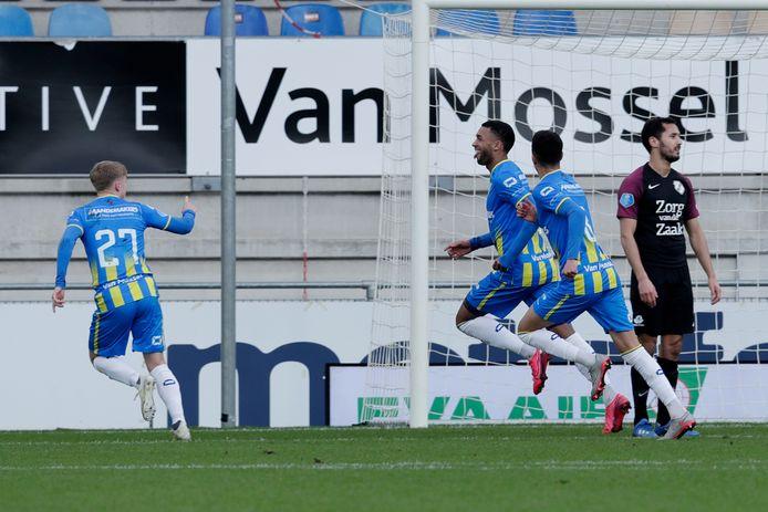 Sylla Sow(m) viert zijn doelpunt met Emil Hansson (l) en Anas Tahiri.