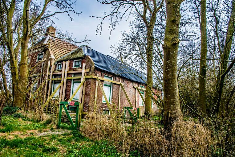 Een woning in Loppersum die gestut wordt vanwege bevingsschade. Beeld Hollandse Hoogte / Robin Utrecht