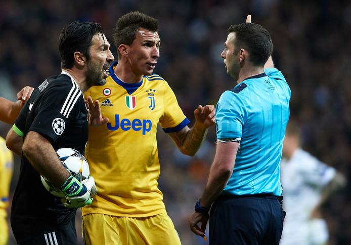 Gianluigi Buffon en  Mario Mandzukic protesteren bij arbiter Michael Oliver.