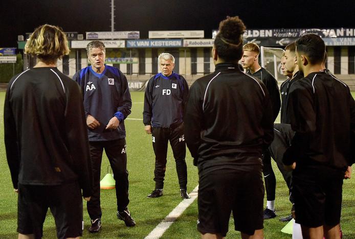 Arno Arts spreekt de spelers van Achilles'29 toe tijdens de training.