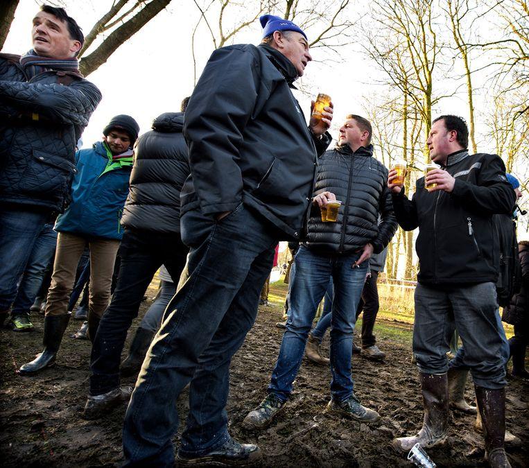 Een zondag in Zonnebeke is koersen, juichen voor Sven Nys en een pintje. Beeld Klaas Jan van der Weij