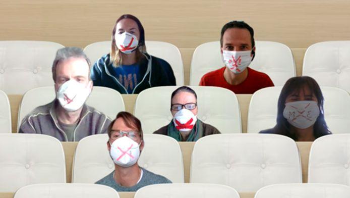 Leden van de ondernemingsraad en Bart Deceukelier. Ze dragen een mondmasker met een kruis op omdat ze het gevoel hebben gemuilkorfd te zijn door het bedrijf.
