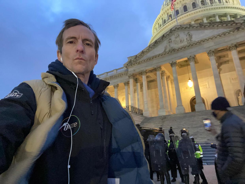 VS-correspondent Michiel Vos aan het Capitool tijdens de protesten.  Beeld RV